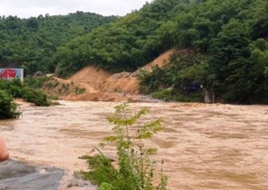 Cầu Phà Lò trên Quốc Lộ 217 nối thị trấn huyện Quan Sơn bị ngập sâu trong nước trước đó đã được thông tuyến trở lại