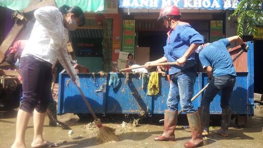 Khắp các ngả đường đầy rác và bùn đất