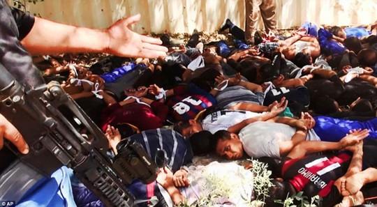 Hàng chục binh sĩ Iraq bị thảm sát hôm 14-6. Ảnh: AP