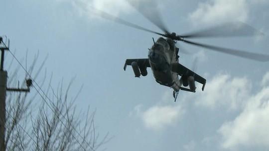 Quân đội Ukraine dùng trực thăng đàn áp nhóm người ly khai thân Nga hôm 16-4. Ảnh: BBC