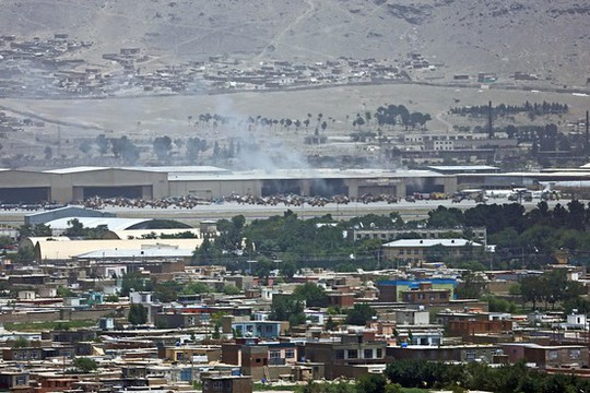 Khói bốc lên từ sân bay Kabul, sua khi Taliban phóng 2 quả rốc két vào địa điểm này hôm 3-7. Ảnh: AP
