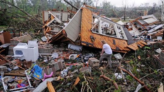 Nhiều ngôi nhà bị lốc xoáy phá hủy. Ảnh: CNN