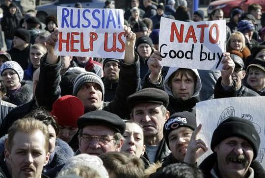 Người biểu tình thân Nga tập trung tại thành phố Donetsk - Ukraine hôm 8-3. Ảnh: Reuters