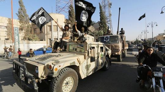 Chiến binh IS diễu trên đường phố tỉnh Raqqa, phía Bắc Syria hôm 30-6-2014. Ảnh: Reuters