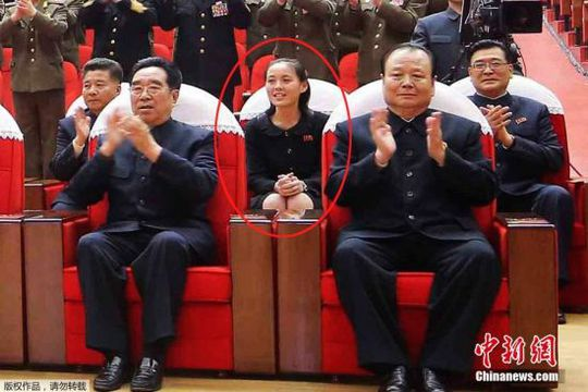 Kim Yo-jong, em gái lãnh đạo Kim Jong-un xem buổi biểu diễn ở Bình Nhưỡng. Ảnh: China News