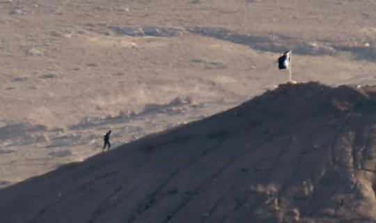 IS cắm cờ đen tại thị trấn Kobani (Syria) sát biên giới với Thổ Nhĩ Kỳ. Ảnh: Reuters