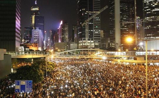 Hàng chục ngàn người biểu tình lại tập hợp để chuẩn bị đối đầu với cảnh sát qua đêm 29-9. Ảnh: SCMP