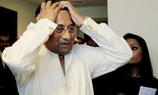 Ông Pervez Musharraf gặp vấn đề tim mạch trên đường đến tòa án. Ảnh: AP