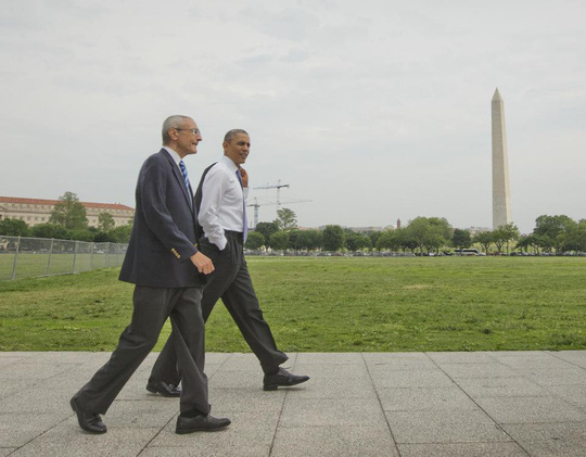 Ông Obama và cố vấn John Podesta tản bộ trên bãi cỏ hôm 21-5. Ảnh: AP