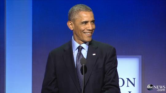 Tổng thống Obama vừa cười vừa trêu con gái cựu TT Bill Clinton tại sự kiện Sáng kiến Toàn cầu Clinton (CGI) tổ chức ở TP New York – Mỹ sáng 23-9. Ảnh: ABC News