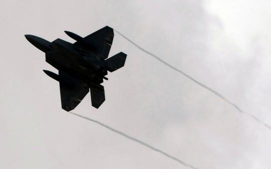F-22 Raptor xuất trận khiến cộng đồng hàng không quân sự ngỡ ngàng. Ảnh: Reuters