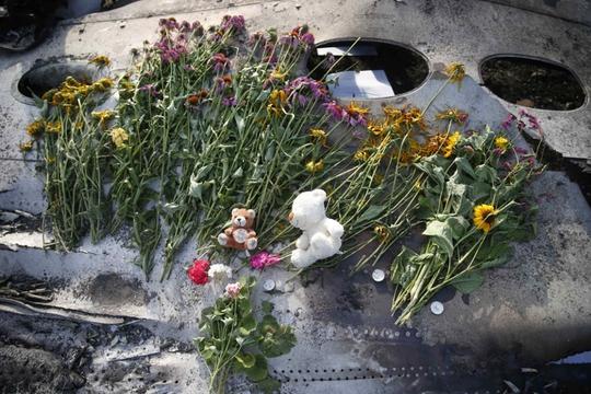 Đặt hoa tưởng niệm các nạn nhân xấu số trên chuyến bay MH17. Ảnh: Reuters