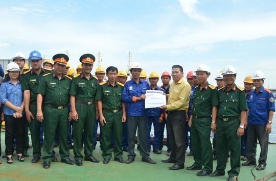 Đại diện Báo Người Lao Động trao tặng 30 triệu đồng cho những công nhân trực tiếp ngày đêm sửa chữa 2 tàu cảnh sát biển bị hư hỏng