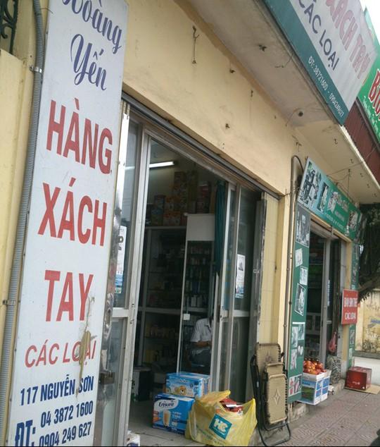 Một cửa hàng xách tay trên phố Nguyễn Sơn. Ảnh: Ngọc Mai
