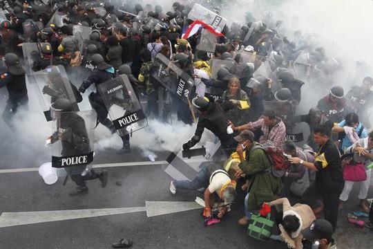 Xung đột giữa cảnh sát và người biểu tình ở thủ đô Bangkok vẫn tiếp diễn. Ảnh: Reuters