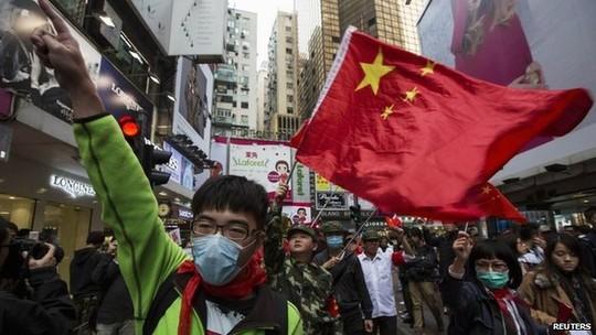 Cư dân Hồng Kông biểu tình phản đối đòi cắt giảm lượng khách du lịch đến từ Trung Quốc. Ảnh: Reuters