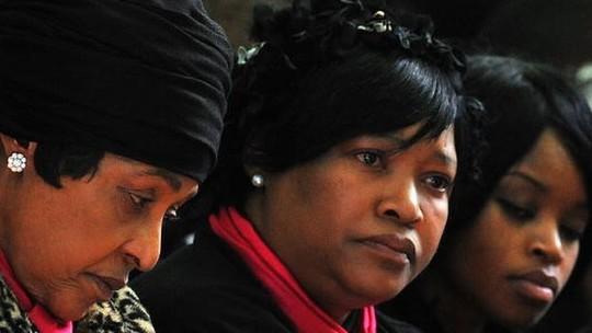 Zinzi Mandela (giữa), con gái của bà Winnie Madikizela (trái) và ông Mandela. Ảnh: BBC