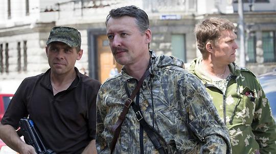 Chỉ huy lực lượng ly khai thân Nga Igor Girkin (giữa). Ảnh: AP