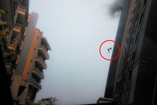 Hai nhân viên cứu hỏa rơi xuống đất từ tầng 13 và thiệt mạng. Ảnh: Daily Mail