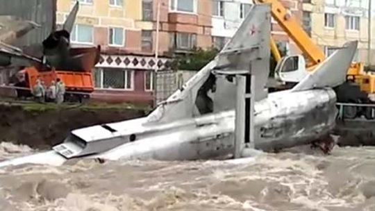 Một chiếc chiến đấu cơ của Liên Xô (cũ) nằm chỏng chơ trên sông. Ảnh: RT