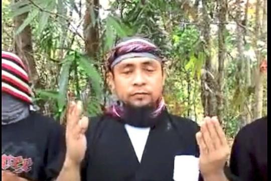 Isnilon Hapilon tuyên thệ trung thành với IS trong đoạn video. Ảnh: AP