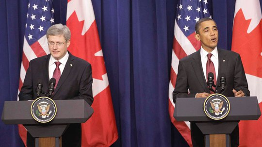 Ông Obama (phải) thua độ Thủ tướng Canada một thùng bia. Ảnh: Overrant
