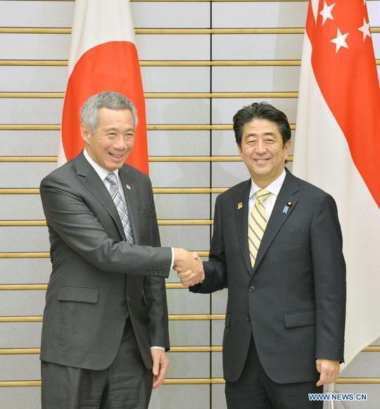 Thủ tướng Singapore Lý Hiển Long (trái) hoan nghênh ý định hợp tác an ninh đối với ASEAN của Thủ tướng Nhật Bản Shinzo Abe (phải). Ảnh: News.cn
