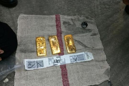 Ba miếng vàng được tìm thấy. Ảnh: The Star