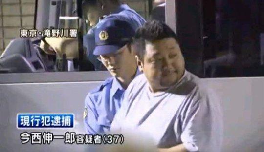 Shinichiro Imanishi bị áp giải về đồn cảnh sát sau khi ăn hết tô mì. Ảnh: Want Times