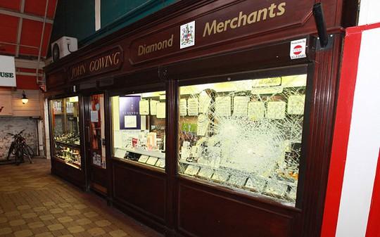 Cửa hàng nữ trang John Gowing Jewellers bị đập vỡ kính hôm 30-3-2013. Ảnh: INS