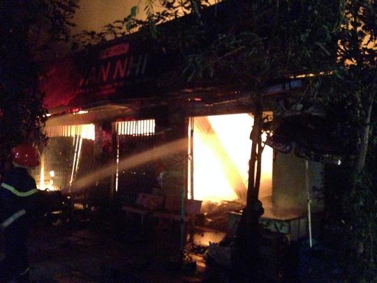 Lực lượng PCCC chỉ có thể ngăn ngọn lửa không cháy lan sang nhà khác