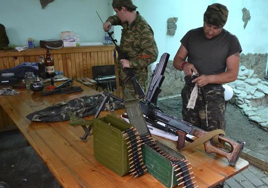 Phiến quân ly khai thân Nga vừa chạy khỏi Slovyansk thề sẽ tiếp tục chiến đấu với quân chính phủ. Ảnh: AP