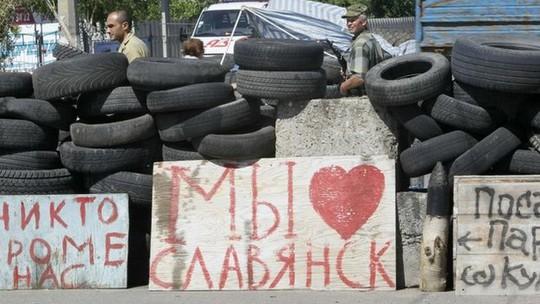 Phiến quân ly khai thân Nga được nhìn thấy ở thành phố Slavyansk, Đông Ukraine hôm 5-7. Ảnh: BBC