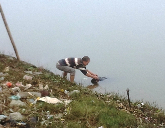 Xác chết trôi sông đang được đưa lên bờ