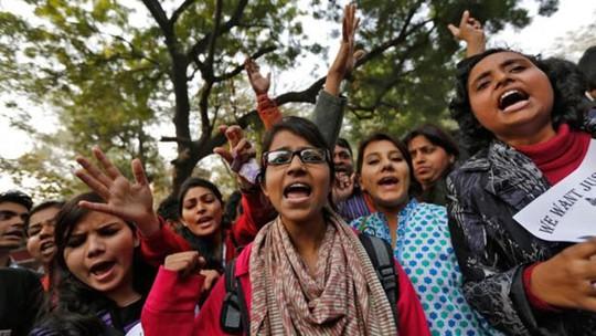 Phụ nữ Ấn Độ tuần hành phản đối nạn cưỡng hiếp. Ảnh: Reuters