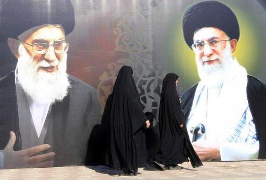 Hình ảnh lãnh tụ Iran Ayatollah Ali Khamenei trưng ở thủ đô Baghdad - Iraq. Ảnh: Reuters