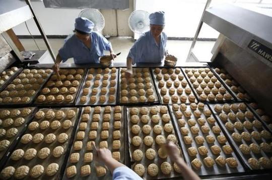 Bánh trung thu Trung Quốc đang hướng vào phân khúc trung lưu và bình dân do ảnh hưởng chiến dịch chống tham nhũng. Ảnh: Reuters