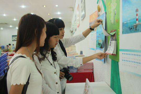 Khách tham quan Triển lãm Tuần lễ Sách-Lịch Việt