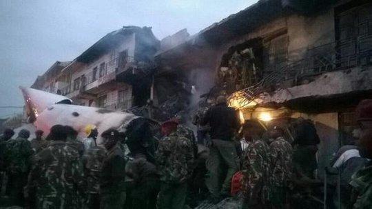 Chiếc máy bay vận tải gặp nạn ở Kenya hôm 2-7. Ảnh: Twitter