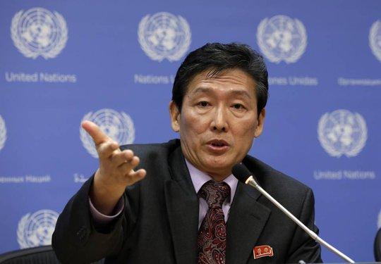 Phó Đại sứ Triều Tiên tại LHQ, ông Ri Tong Il phát biểu hôm 7-10 tại trụ sở LHQ, New York - Mỹ. Ảnh: AP