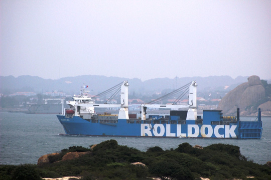 Tàu Rolldock chạy sát qua khu neo đậu tàu ngầm thuộc quân cảng Cam Ranh