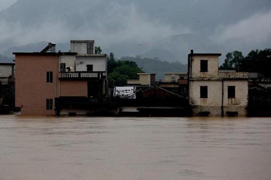 Những ngôi nhà ở tỉnh Quảng Đông bị nhấn chìm trong mưa lũ. Ảnh: Tân Hoa Xã