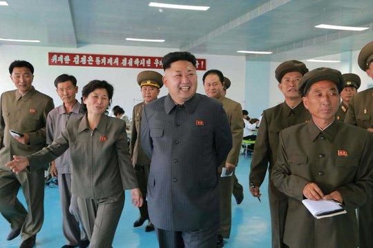 Lãnh đạo Kim Jong-un thăm một nhà máy cùng các quan chức quân đội cấp cao. Bức ảnh được KCNA đăng tải ngày 31-8. Ảnh: Reuters