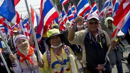 Bất chấp áp lực từ phía người biểu tình, Thủ tướng Yingluck vẫn quyết định ngày bầu cử vào 2-2 sắp tới. Ảnh: Reuters