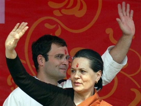 Nữ thủ lĩnh Đảng Quốc đại Sonia Gandhi và con trai Rahul Gandhi. Ảnh: Reuters