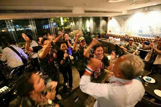 Một hình ảnh trong bữa tiệc của ông Nataphol. Ảnh: Bangkok Post