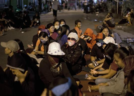 Gái mại dâm tụ tập ở khu đèn đỏ Dolly - Indonesia. Ảnh: AP