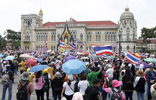 Người biểu tình thuộc mạng lưới NSPTR tụ tập trước Tòa nhà chính phủ ở thủ đọ Bangkok hôm 29-3. Ảnh: Reuters