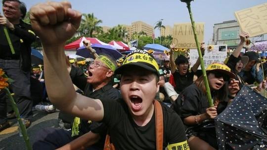 Người dân Đài Loan biểu tình ở Đài Bắc hôm 30-3. Ảnh: AP