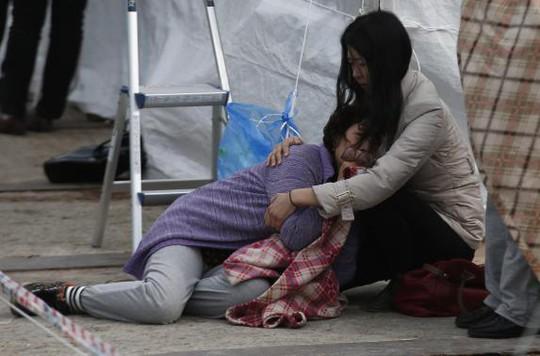 Thân nhân hành khách mất tích vật vã vì mọi hy vọng sống sót của người thân họ đã bị dập tắt. Ảnh: Reuters